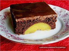 Chutný zákusek s čokoládovým krémem a ovocem. Vypadá fenomenálně.