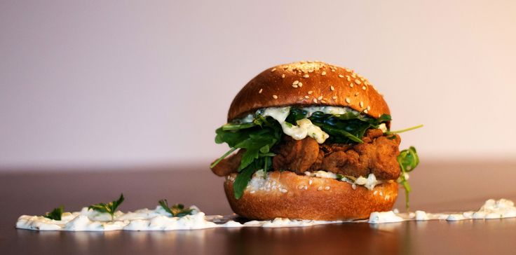 LIVERTINE: Probabil că nu te-ai fi așteptat de la un burger să aibă ficăței de pui crispy și rucola. Asta e fiindcă abia acum ți s-a oferit în mod serios ocazia de a descoperi burgerii. Livertine te invită să explorezi latura lor captivantă, posibilitățile neașteptate ale bucătăriei tradiționale americane.  Numai că, pentru delicii culinare cu adevărat urbane, Frankly depășește rețetele brandurilor corporatiste și îți propune ingeniozitatea unor adevărați pasionați de gourmet. Have fun!