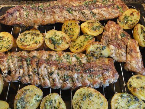 Fabulosa receta para Costilla de cerdo al horno con patatas del caliu . Hoy, me he salido de la paella de los domingos y he hecho costilla de cerdo pero costilla de lomo que esta aun mas buenaa que la normal pues es la cotilla que es del palo de las chuletas ( michanas como se dicen aqui en catalunya) y  al horno y lo he acompañado con patatas del caliu (http://www.mis-recetas.org/recetas/show/22396-patatas-al-caliu) y ali-oli echo  en el mortero a mano  (http:/&...