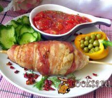 """Котлеты на шпажке """"Веретено"""" Очень вкусные котлеты из куриного фарша, завернутого в бекон. Фарш (70% куриного филе+30% свинины) — 600 г; Бекон (слайсы) — 16-20 шт; Лук репчатый — 1 шт; Чеснок — 1-2 зуб.; Яйцо куриное — 1 шт; Соль — по вкусу ; Перец черный (молотый) — по вкусу ; Масло растительное ;"""