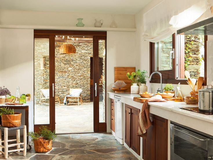 En la cocina. Cestas de madera y vasos verdes de Zara Home. Mantel de lino blanco de H & M Home.