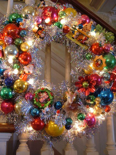 Bright and festive…vintage ornaments, tinsel, lights…..what a beautiful wreath… INSPIRATION