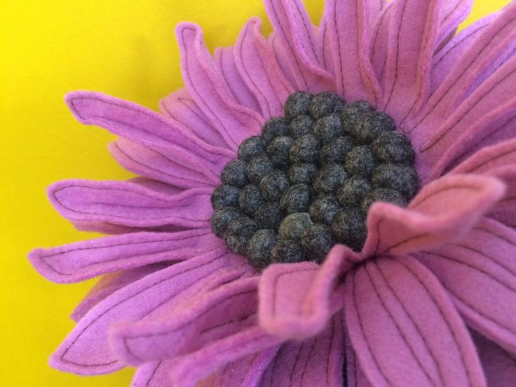 Prachtige zonnebloem in het oud roze. Vilten bloemen. #felt flowers, #bridal bouquet. | www.be-flowerd.nl |