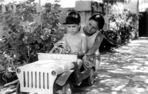 Η Μαρίνα Καραγάτση (κόρη του Μ. Καραγάτση) και ο Λεωνίδας Εμπειρίκος (γιος του Ανδρέα Εμπειρίκου) στη Γλυφάδα, το 1962 (φωτογραφία Ανδρέα Εμπειρίκου). /    Marina Karagatsis (M. Karagatsis's daughter) and Leonidas Empeirikos (Andreas Empeirikos's son) in Glyfada, 1962 (photo by Andreas Empeirikos).