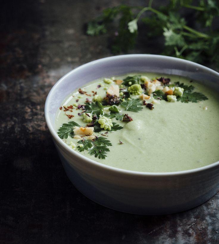 Romanesco soep met doperwten en kervel - een super lekker en makkelijk recept voor een heerlijke soep op basis van cashewnoten die zo klaar is.