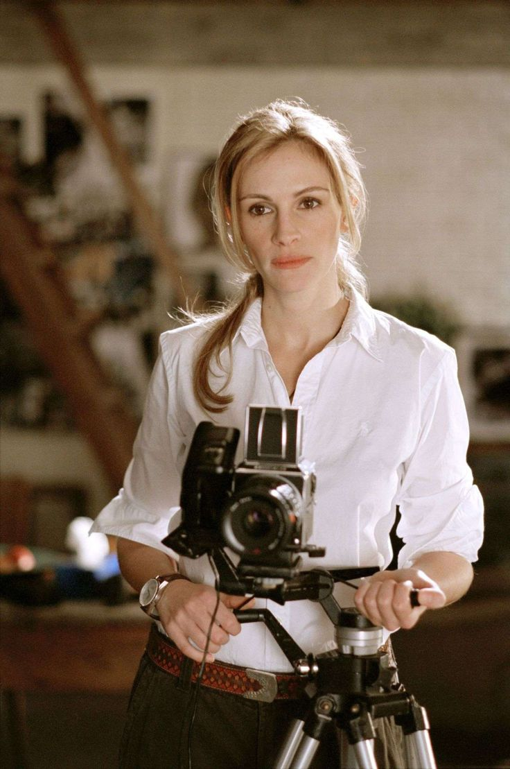 "Julia Roberts' character ""Anna"" in ""Closer"" - the outfit, the watch, her occupation, apartment etc. A perfect balance."