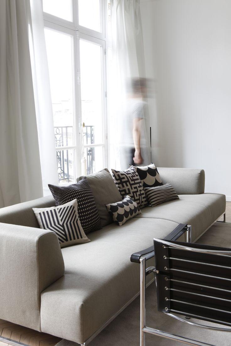 Intérieur d'un appartement parisien revisité. Coussins Rouge du Rhin. Décoration en nuances de gris. Phot : Eric Zeziola.