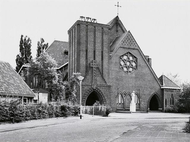 Christus Koning kerk aan het Past. Pottersplein in de Belcrum