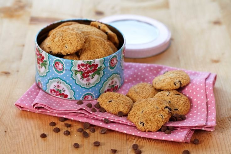 Glutenfrie sjokolade-cookies er lettlagde og nydelig småkjeks med deilige biter av sjokolade. Denne porsjonen gir deg ca 30 kjeks.
