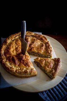 Αυτή η πίτα βέβαια, προκαλεί δάκρυα συγκίνησης λόγω της γεύσης της. Το τραγανό, αλλά ντελικάτο φύλλο που θυμίζει σφολιάτα, και αυτή η γέμιση,