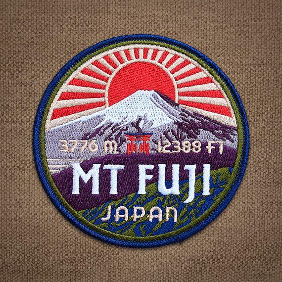 Situado a sólo 60 millas al sudoeste de Tokio en la isla de Honshu, el Monte Fuji es la montaña más alta de Japón en 3.776 m (12.388 pies). Este estratovolcán activo es quizás uno de los símbolos más reconocibles de Japón y ha inspirado innumerables obras de arte. El Mt Fuji parche forma parte de la serie Dream, una colección de parches bordados que ilustran las montañas sueña cada escalador alcanzar.  Características:  -4 x 4 pulgadas -100% bordadas con 7 colores brillantes -Altitud en pies…
