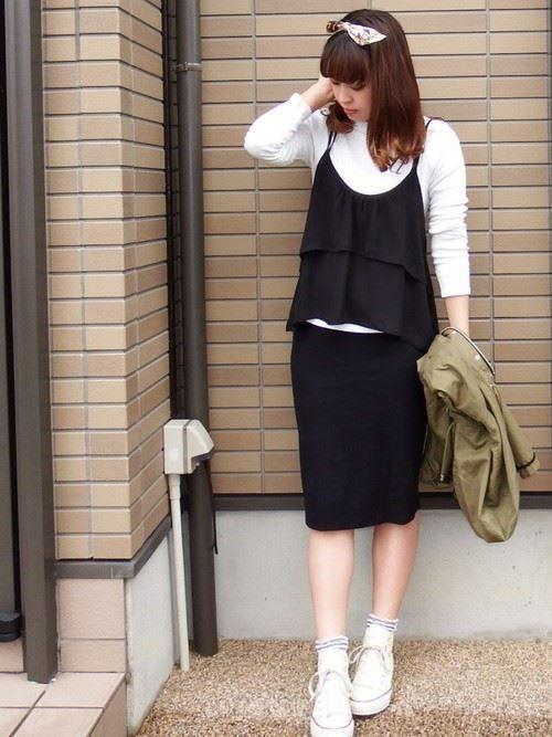 白カットソーに黒キャミソールを重ね着した春夏レディースコーディネート画像1