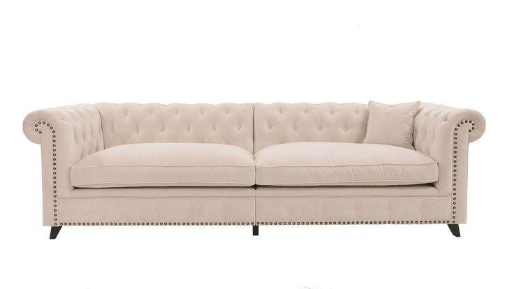 Buffeln Chesterfieldsoffa i krämvit sammet. Chesterfield, soffa, djup, vit, vardagsrum, stor, möbler, inredning. http://sweef.se/sweef-lyx/506-buffeln-soffa-chesterfield.html