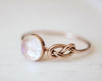 Rosenquarz Ring, Rose Gold Ring, Infinity Ring, Symbol Ring, Goldring, Gelb Gold Ring, Stack Freundschaftsring, Weißgold Ring verknoten  Ich habe dieses Ring aus 14k Gold recycelt und eine 6mm Rose-schnitt Rosenquarz hinein gesetzt. Die Ringschiene ist Hand ausgewrungen Unendlichkeit Symbol, ein Symbol für Freundschaft, Leben und alles andere gemacht, es ist für Sie für immer. Funkelnde Blush pink Rose Quartz lasst uns Licht durchscheinen und ist so sehr feminin!  Mache ich diesen Ring in…