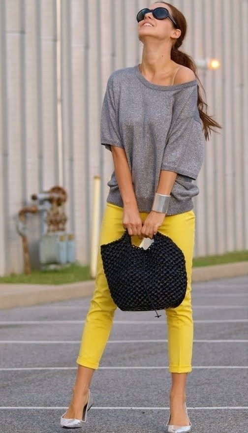 Good color combo of yellow jeans and grey slouchy sweater.