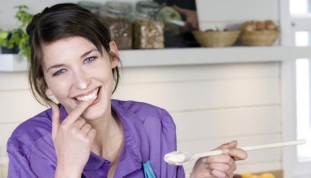 Préchauffez votre four Th. 7/8 (220° C). Pelez et coupez les pommes en cubes. Dans une poêle, faites fondre une noix de beurre (20 g). Ajoutez les cubes de pommes, saupoudrez-les de sucre (20 g) et faites-les dorer 5 minutes à feu vif. Dans un saladier, mélangez 80 g de beurre et 80 g de sucre jusqu'à ce que le mélange blanchisse. Ajoutez les œufs et les cerneaux de noix mixés en poudre. Déroulez la pâte sablée dans un moule à tarte, en conservant la feuille de cuisson.