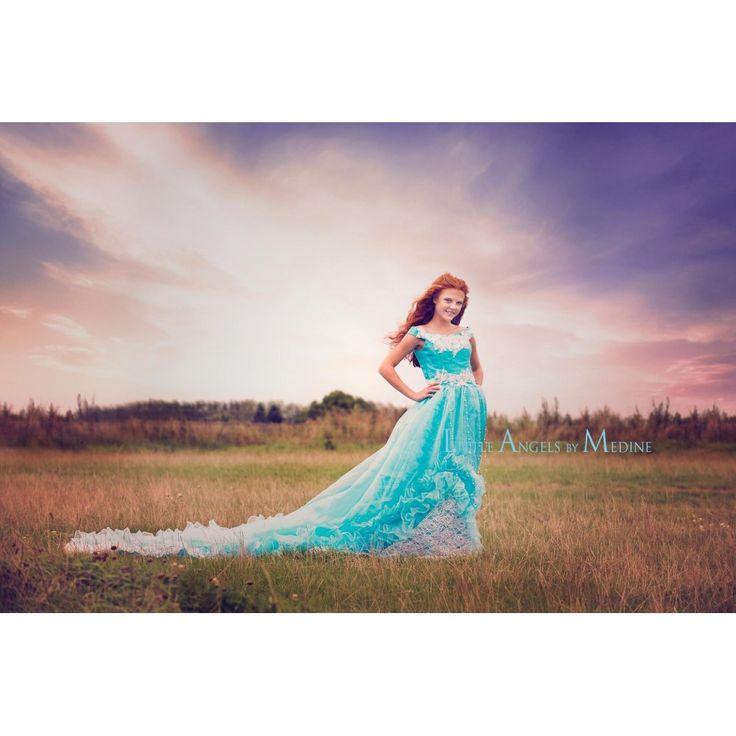 Turkis kjole med blonder og stort langt slæb