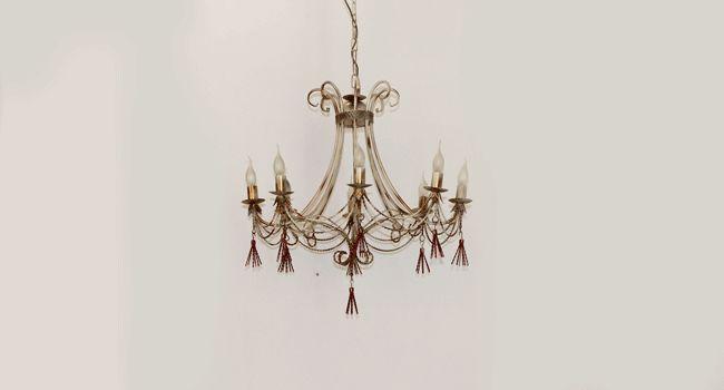 ALTAIR 8 L  Lampadario in metallo decapè con fiocchi rosso e oro, interamente lavorato a mano, disponibile in varie decorazioni e nelle versioni a 4 luci - 6 luci - 8 luci     SCHEDA TECNICA  Dimensioni: D. 75 - H. 60  Portalampade: 8 X E14