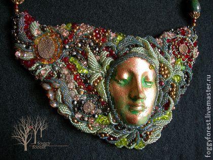 Колье `Душа пирита`. Колье олицетворяет душу цветущего пирита, спрятавшегося среди молодой листвы, светло-зелёного мха и ярких сочных ягод. Этот огненный камень тоже умеет цвести.