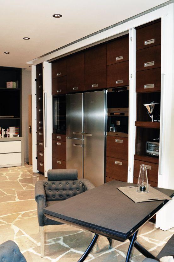 Une cuisine moderne au cœur dune chaumière - minimaliste, design ...