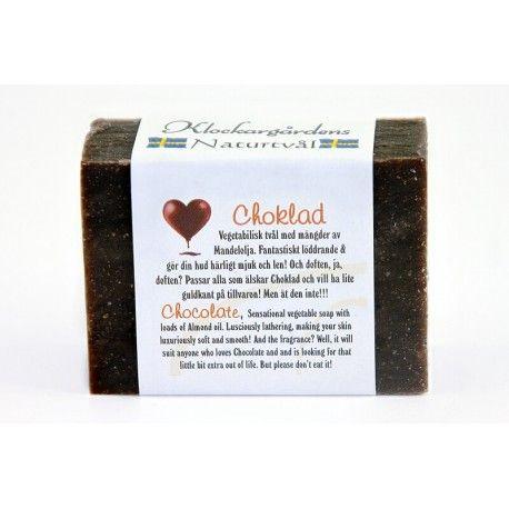 Choklad Naturtvål från Klockargårdens. Doftar helt underbart. Den lyxigaste tvålen! Choklad, kakaosmör och mängder med mandelolja gör denna tvål helt unik. Doftar helt enkelt bara choklad, helt fantastiskt!