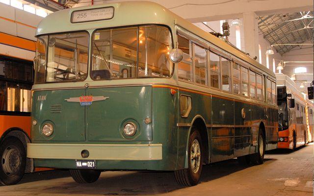 filobus vintage per le strade dell'arte