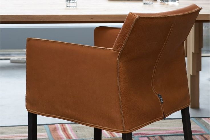 De #Label Fellini; sterk design met robuuste naden. De stoffering ligt als een hoes om het eikenhouten frame heen. Een #stoel met het comfort van een #fauteuil door zijn beweegbare rug. #GilsingWonen #design #wooninspiratie
