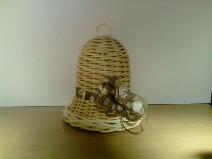 Vánoční zvoneček k zavěšení Tento zvoneček je vyrobený z přírodního pedigu ozdobený šedou stuhou s bílým vzorečkem. Je opatřený ouškem k zavěšení. Výška zvonku je 9 cm. Zvonek není lakovaný. V případě Vašeho zájmu mohu zvoneček vyplést i v jiné barvě.