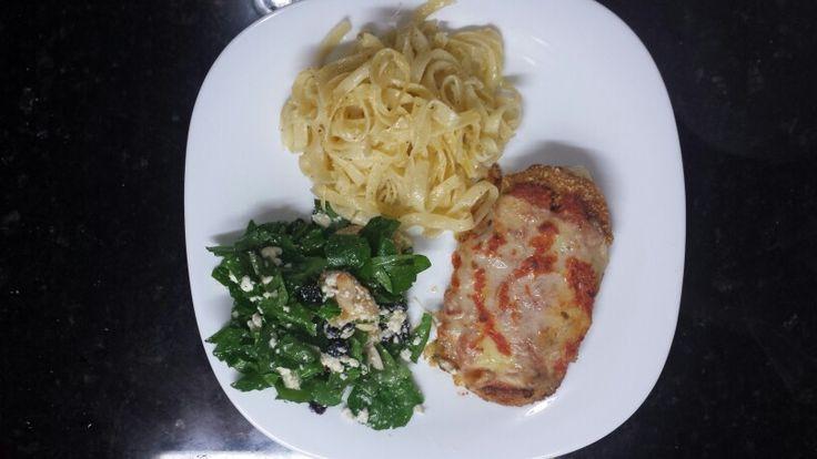 Lomo de Cerdo a la parmesana,  Fetucinne Alfredo y ensalada de rugula, naranja, queso fetta y nueces