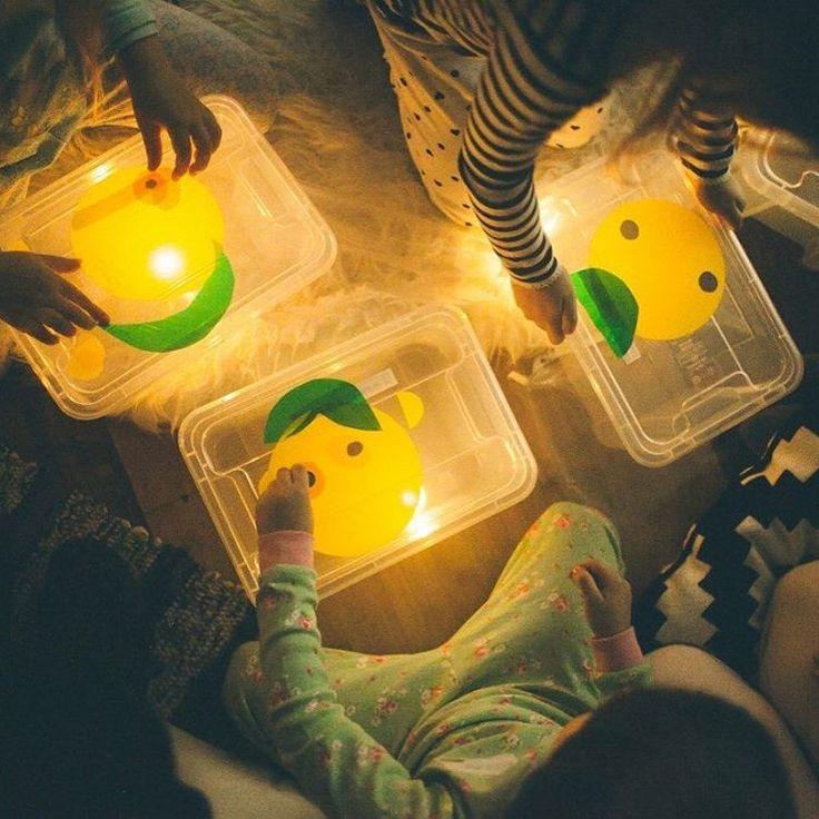 Игры в темноте - это 👍🏻Делали с детьми световые планшеты. А делаются они элементарно: прозрачный контейнер + светодиодная свеча. На крышку можно насыпать кварцевый песок, манку или - как в этом варианте - составлять изображение из полупрозрачных цветных пластин. Фото @miss_kitiketka с пижамной вечеринки с @igogoufa