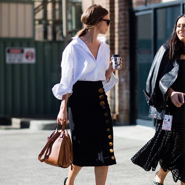#mulpix LOEWE 'Hammock' Bag is spotted on the street of Australia Fashion Week. #Repost from wwd.com #LoeweJWA #HammockBag #FashionWeekStreetStyle
