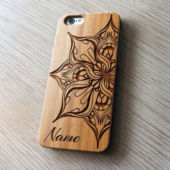 Personnalisé monogramme iPhone 6 6/s cas. Un vrai bois Mandala gravée iPhone 6 /6S cas disponible en 3 types de bois. Envoyez vos initiales pour une touche personnelle à votre cas de liPhone. Érable - une finition légère avec un grain lisse gravé Cerise - finition moyenne avec une fibre filandreuse gravé grain Fini de noyer - sombre avec un grain lisse gravé Le cas est créé à laide de la gravure au laser qui crée un joli effet texturisé 3D sur le bois. Il sera certainement tourner...