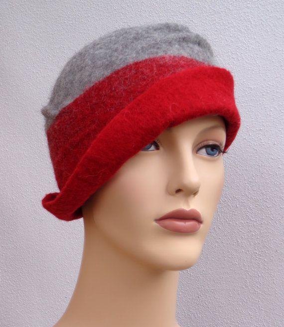 Asymetrische vilten cloche hoed, retro stijl hoed, geinspireerd uit de jaren 20, rood en grijs, winter dameshoed. Deze asymetrische vilten cloche is geinspireerd uit de mode van de jaren 20 en heeft een retro stijl dat zeer vrouwelijk is. Het is op basis van merino wol met de hand gevilt. Merino wol is bekend voor haar zachtheid, het kribbelt niet. De kleurcombinatie is modern en makkelijk om te dragen. Deze hoed is ideaal in de winter, maar ook tijdens de herfst en de lente want het vilt is…