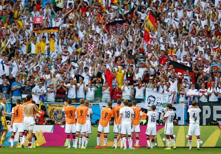 Los jugadores alemanes celebran la victoria con su afición. ALEMANIA-PORTUGAL 4-0