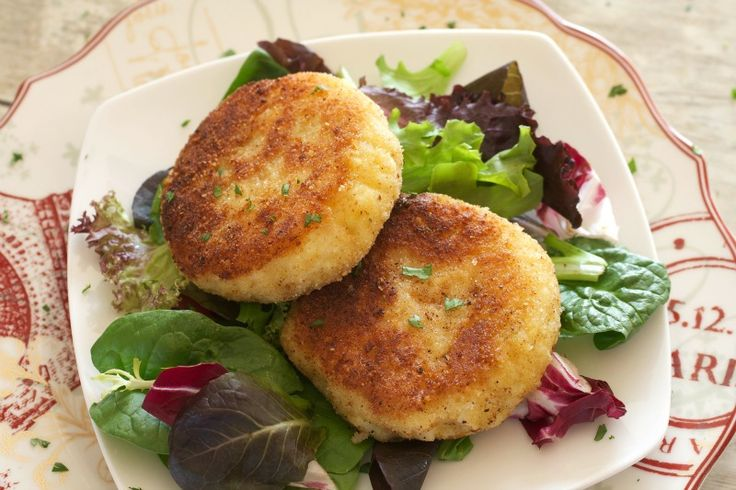 This quick recipe for Easy Risotto Cakes uses just 5 ingredients and takes less than 10 minutes! A great way to use leftover risotto.