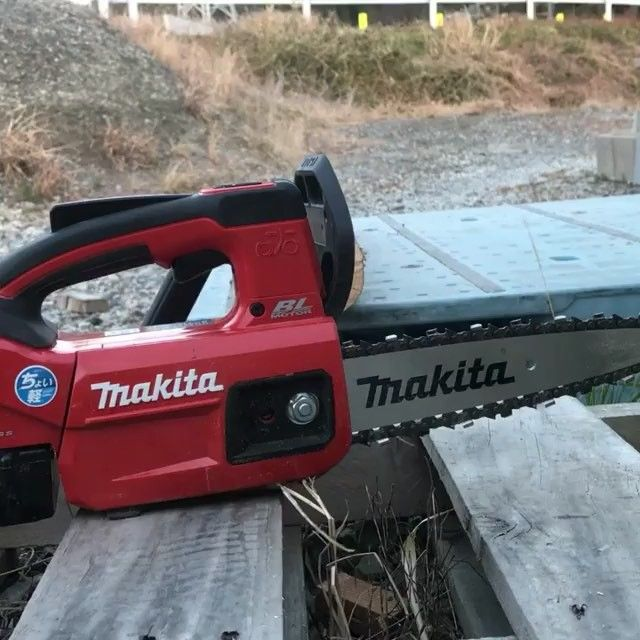 Here is a video of the new Makita 18volt chainsaw in action. This is not available in the U.S. (Yet). . . . . . . . #ToolPros #Tools #Tool #Podcast #hvac #plumbing #toolprospodcast #electrical #tradesman #skilledtrade #itunes #stitcher #podcastofinstagram #pros #bluecollar #brands #bcr #bluecollarroots #instagood #makita #makitatools #chainsaw #saw #wood #treetrim #treecutting #landscape #landscaping Video from: @ginwashi