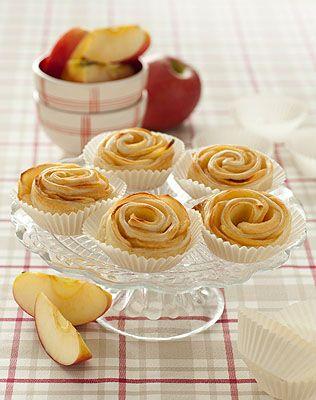 Le roselline di mele con pasta sfoglia, sono una vera e propria golosità. Sono facili e veloci da preparare e gli ingredienti necessari sono pochi