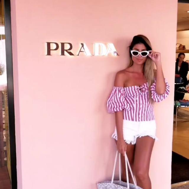 Italian days  Porto Cervo  . . . . . . . . . #portocervo #costasmeralda #sardinia #italianwoman#sardegna #girlswhotravel #sheexplores#girl #outfitoftheday #italy #italiandays #style #summer #visititaly #summer2017 #italia #ladiesgoneglobal #blogger#travelsoul #ootd #prada #beachday#travelinstyle#italianblogger #bandoftravellers #wanderlust #travelblogger#pinktrotters #beautifulplace #europe