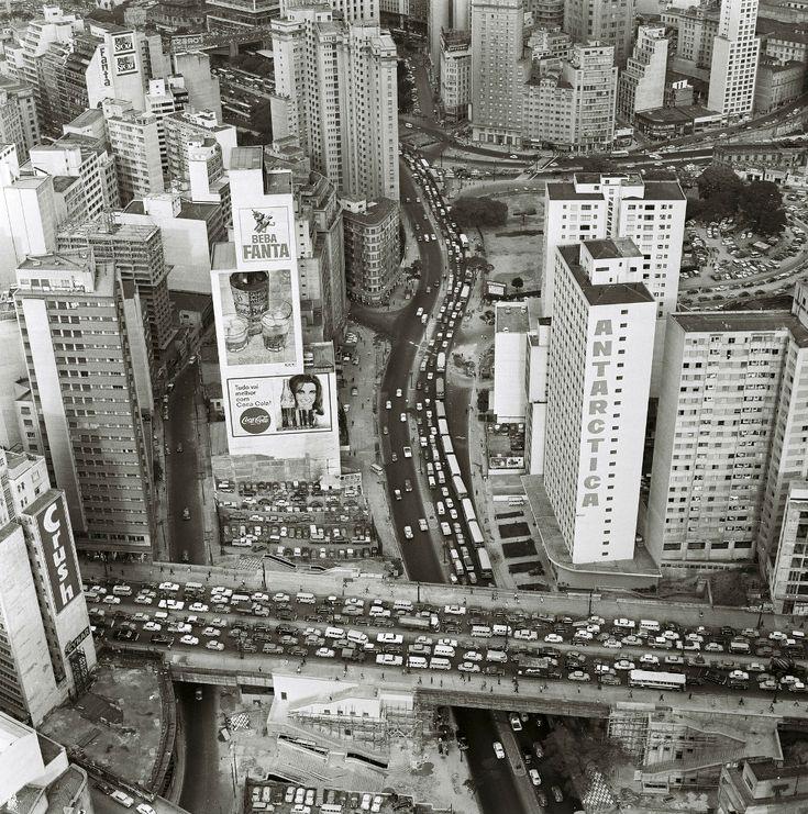Extensa série de tomadas áereas, realizada em [1968], registram cenas do trânsito na cidade.  Na foto, Viaduto Nove de Julho sobre Av. Nove de Julho; ao fundo, Praça das Bandeiras.  fotógrafo: não identificado Fundo PMSP, Grupo GP Acervo AHSP