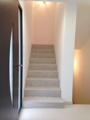 relooking d'escalier avec béton ciré couleur clair changement de décoartion grâce à un nouvel escalier en béton ciré