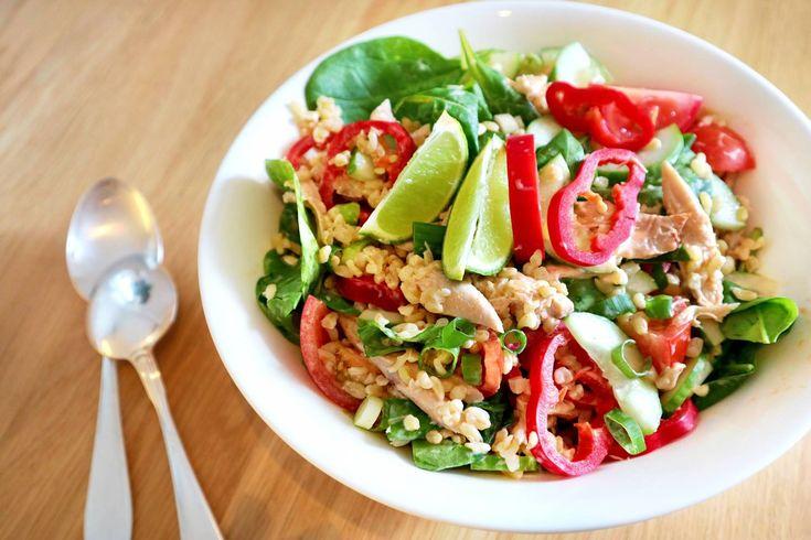 KRÄMIG KYCKLINGSALLAD MED BULGUR RECEPT; 3 dl kokt bulgur/ris/pasta/quinoa/etc  1 paprika 100g gurka 2 nävar färsk lök/gräslök  (eller 1 näve hackad purjolök) 1 dl lätt créme fraîche Spenat/sallad Grillad kyckling • Mixa créme fraîche med kryddor och blanda med ris och kyckling. Hacka sallad och blanda.