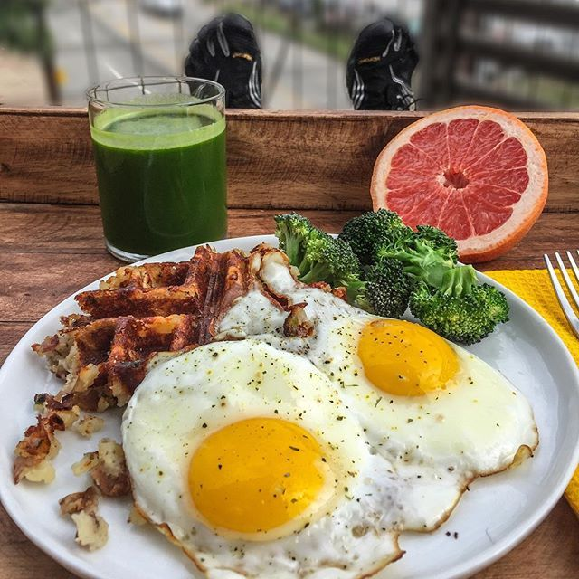 Double-tap if you would smash this meal! 💪🙌 TIP: Use leftovers! I put leftover red potato mash (with turkey bacon & green onion) on my waffle iron. Fried up 2 eggs and paired it with steamed broccoli, grapefruit and my (low-sugar) green juice to start the day. How are you starting your day? Boom! (traducción abajo) ----- Haz doble clic si comerías este plato! 🙌💪 CONSEJO: Use las sobras! Cociné sobras de puré de patata roja (con tocino de pavo y cebolla verde) en mi waflera. También…