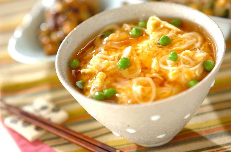 ホタテ缶を使った、ふわふわとした食感がたまらない天津飯のような丼です。ホタテ入りふわふわ卵あんかけ丼[中華/米料理(チャーハン等)]2011.04.25公開のレシピです。