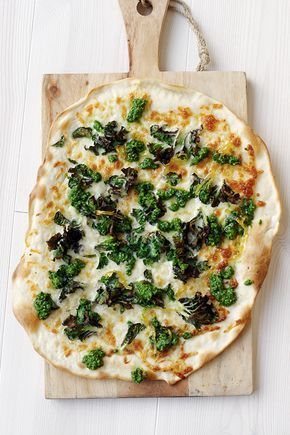 Denna pizza kan möjligen vara den godaste pizzan du någonsin äter. Flower sprouts är en förädlad brysselkål och är oerhört söta - och goda! Om du inte kan få tag på dem (de finns i...