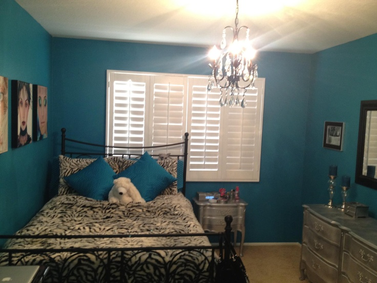 Teal wall paint chandelier silver diy furniture make a for Bedroom ideas with teal walls