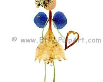 Para el egresado en su vida — si es escuela de postgrado, Universidad, high School secundaria o Kinder. Esta tarjeta es una impresión de una pieza original de arte de flor prensada, de botánicos que crecí en mi jardín en el estado de Nueva York, seleccionado y pulsado recogido a la altura de color y luego presiona durante muchas semanas. Una vez seco, arreglé los botánicos usando la forma orgánica de cada elemento natural.  El vestido está hecho de un pétalo de la flor de tulipán grande. El…