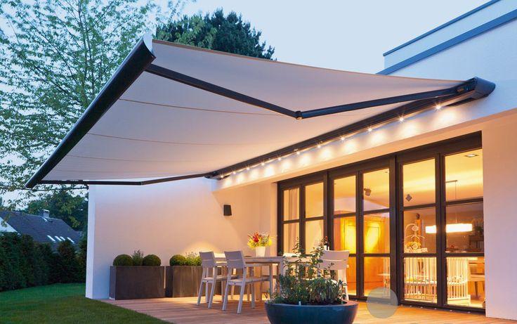 Store de terrasse avec des luminaires pour passer des belles soirées d'été.