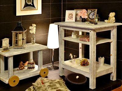 Patinovaný nábytek (v tomto případě vlastnoručně vyrobený) se hodí např. do interiéru ve stylu shabby chic, který kombinuje historizující nábytek s romantickými doplňky.
