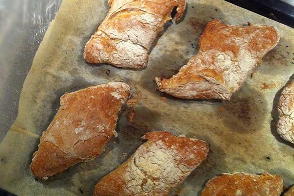 Anna Bergenström nämner saker vid dess rätta namn när hon i sin kokbok namnger ett av sina bröd till Ett fantastiskt bröd. Det fantastiska ligger både i smak, utseende (det ser proffsigt ut även när en amatör som jag gör det) och i att det är så enkelt att göra. Efter det att Petter recenserat Annas Mat här på Recepten.nu så har jag testlagat några av recepten i boken. Ett av dem är receptet på Ett fantastiskt bröd. Det gick ju liksom inte att låta bli att baka om det nu är så fantastiskt…