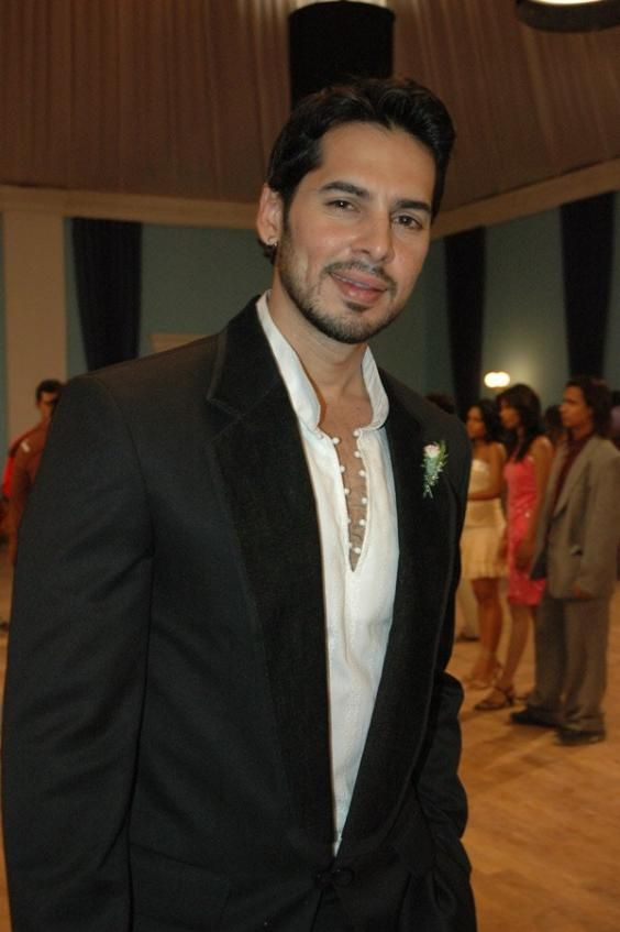 Dino Morea Height, Weight, Biceps Size and Body Measurements